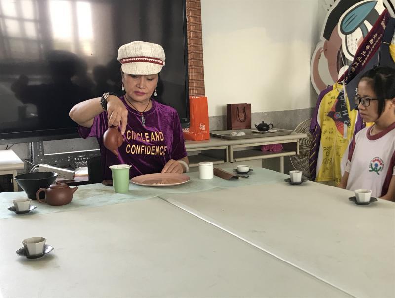 茶道老師示範