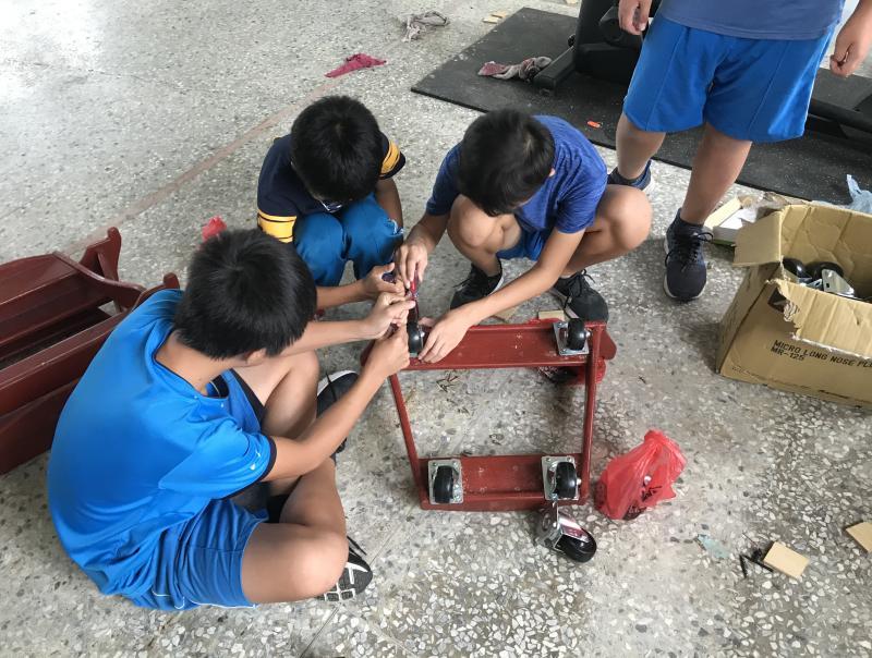 學生動手維修戰鼓鼓架